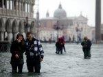 Турфирмы зарабатывают на наводнении в Венеции:среди развлечений - купания на площади Сан-Марко