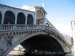 Вандалы повредили недавно отреставрированный мост Риальто в Венеции